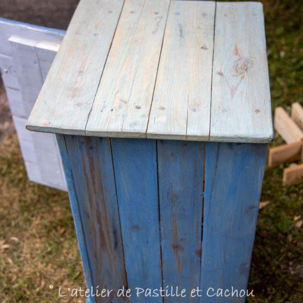 Détails meuble fait en palettes et peint avec de la peinture naturelle