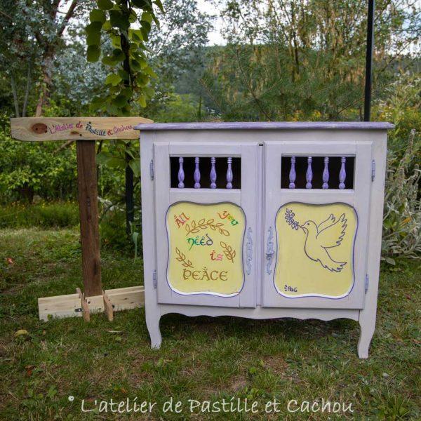 Meuble relooké avec des peintures naturelles en violet et jaune