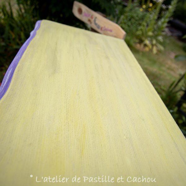 Détails d'un meuble relooké avec des peintures naturelles