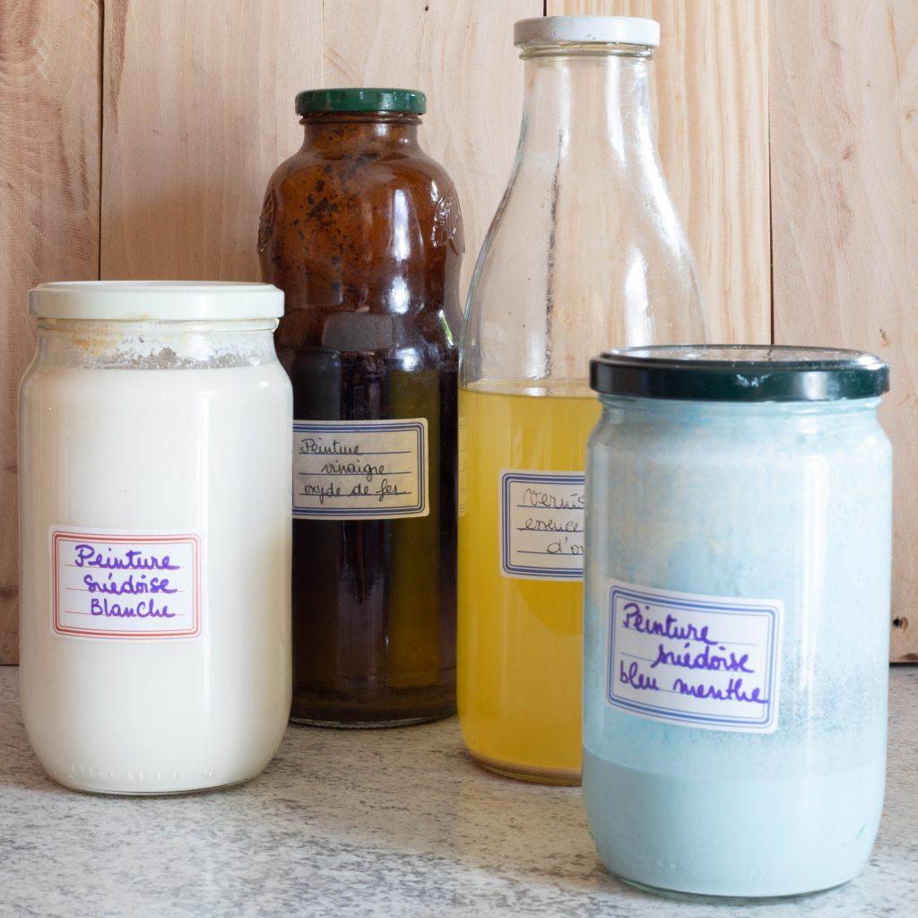 Pots et bouteilles de peintures et vernis naturels, faits maison