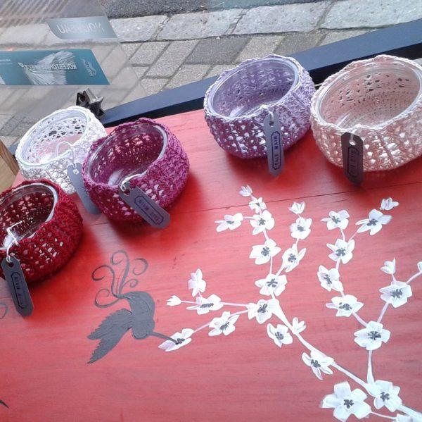 Petits pots en verre éco-recyclés habillés au crochet
